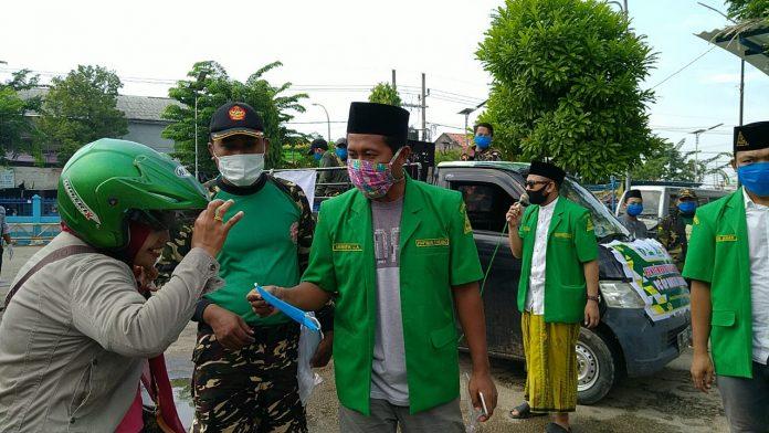 Saat Pengurus PC GP Ansor Sampang Membagikan Masker Kepada Masyarakat di Terminat Trunojoyo Sampang